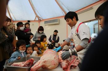 豚肉解体見学と豚まん作り